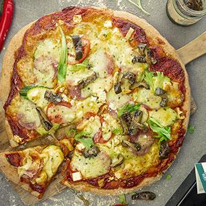 Big mediterran Pizza mit Antipasti und Pizzaöl