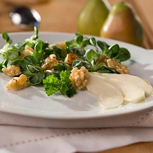 Feldsalat mit Birnen und Nüssen